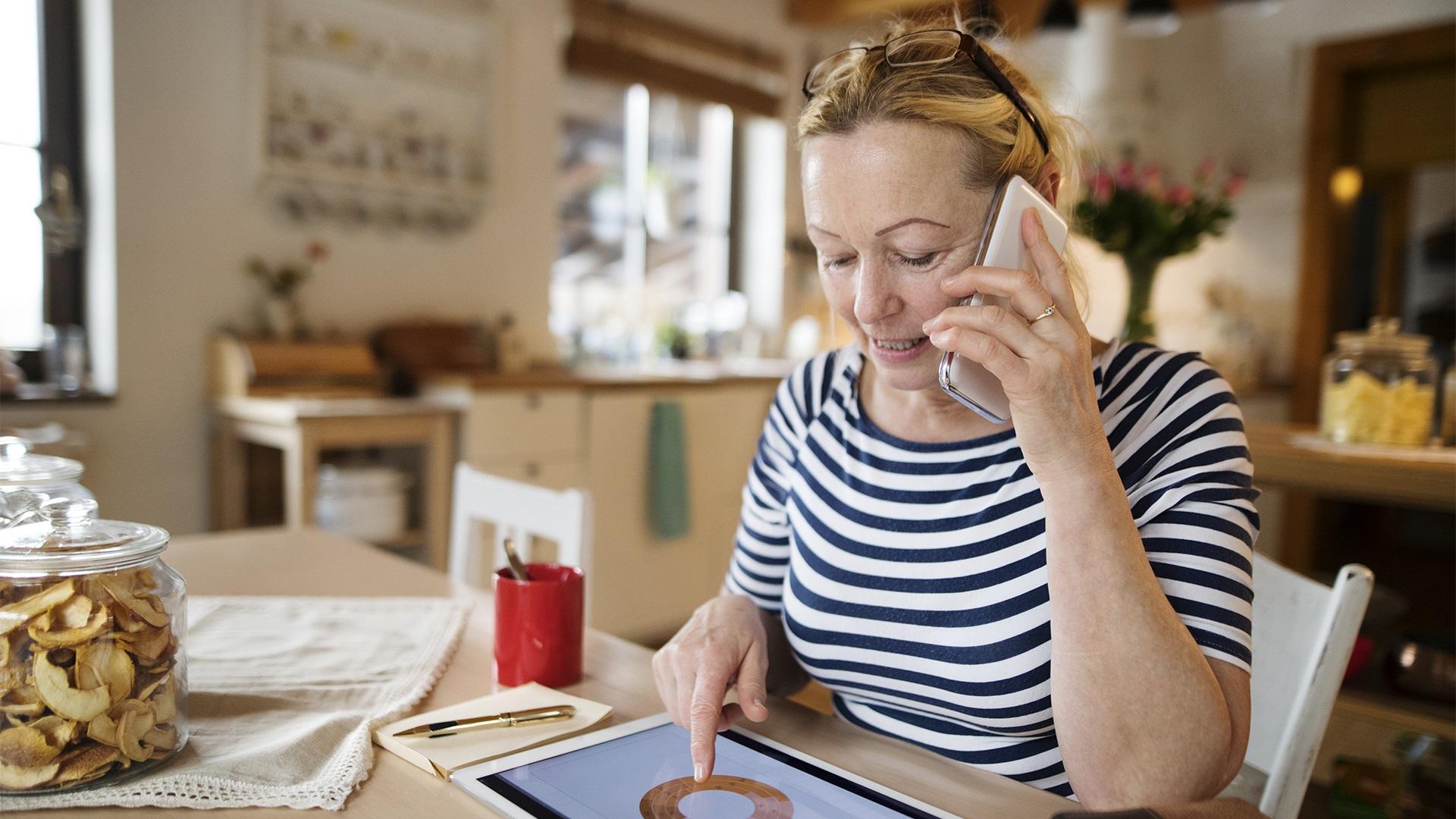 Vrouw bekijkt op tablet haar portaal